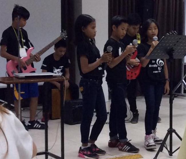 Retreat singing Daniella MacMac Carla CM SIAC Apr2017