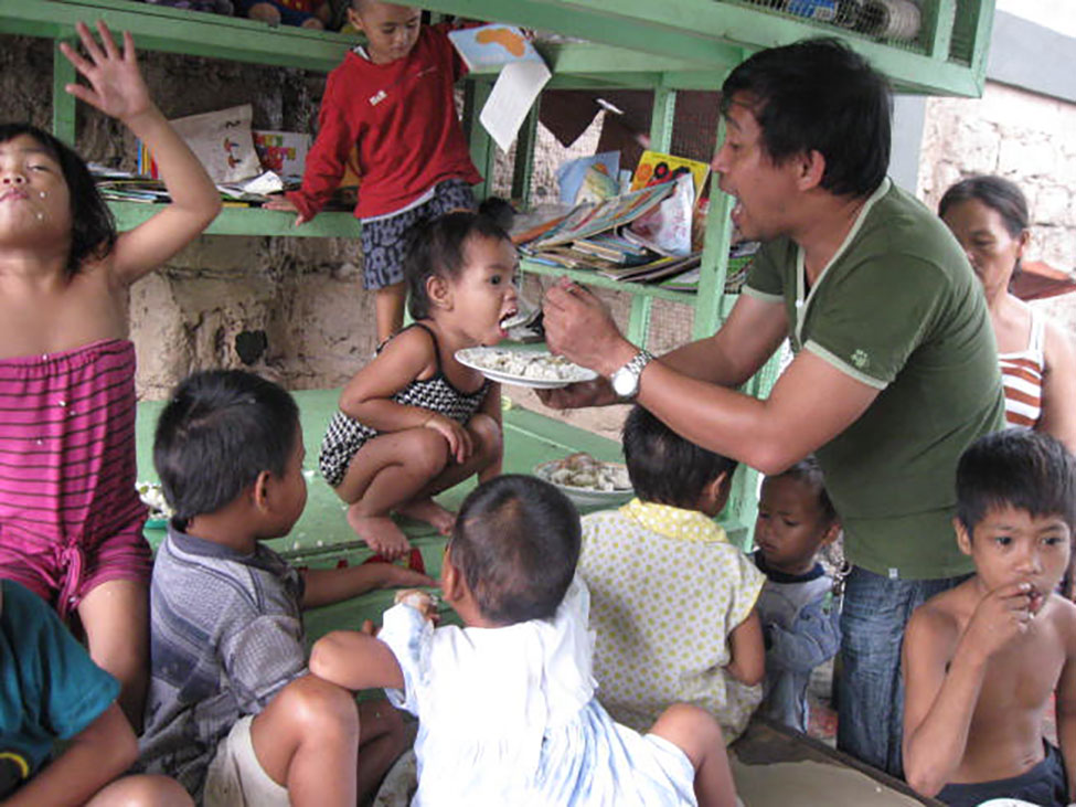 mealtime - school in a cart - Philippines - Lift the Lid